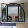 Porta finestra con apertura ad arco a tutto vetro, con fissi laterali