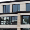 Ambienti commerciali a facciata continua con vetri specchiati o trasparenti